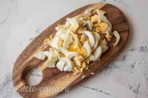 Крабовый салат с пекинской капустой и морковью по-корейски: Режем вареные яйца для салата