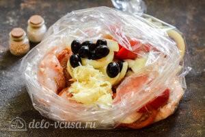 Курица по-провански в рукаве: Добавляем чеснок и маслины в рукав