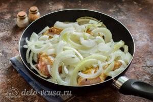 Курица тушеная с луком: Добавляем лук к курице в сковороду
