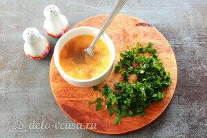 Менемен яичница турецкая: Взбиваем яйца и измельчаем зелень