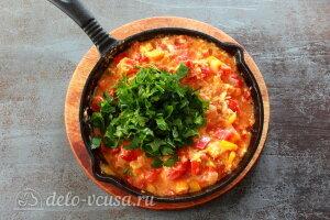 Менемен турецкий завтрак: Добавляем измельченную зелень