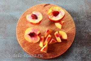 Персиковый коблер: режем персики кусочками