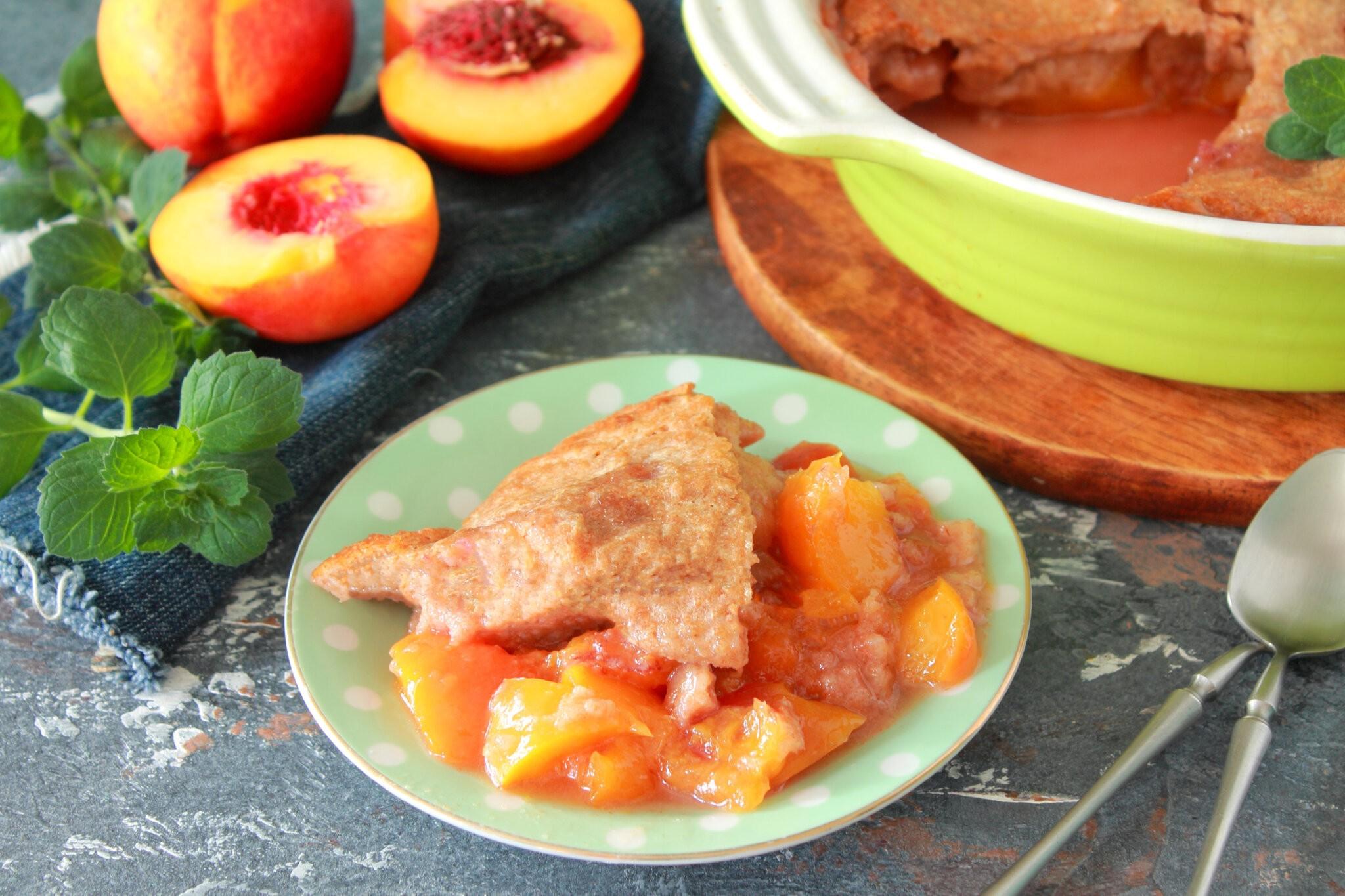 Персиковый коблер готов