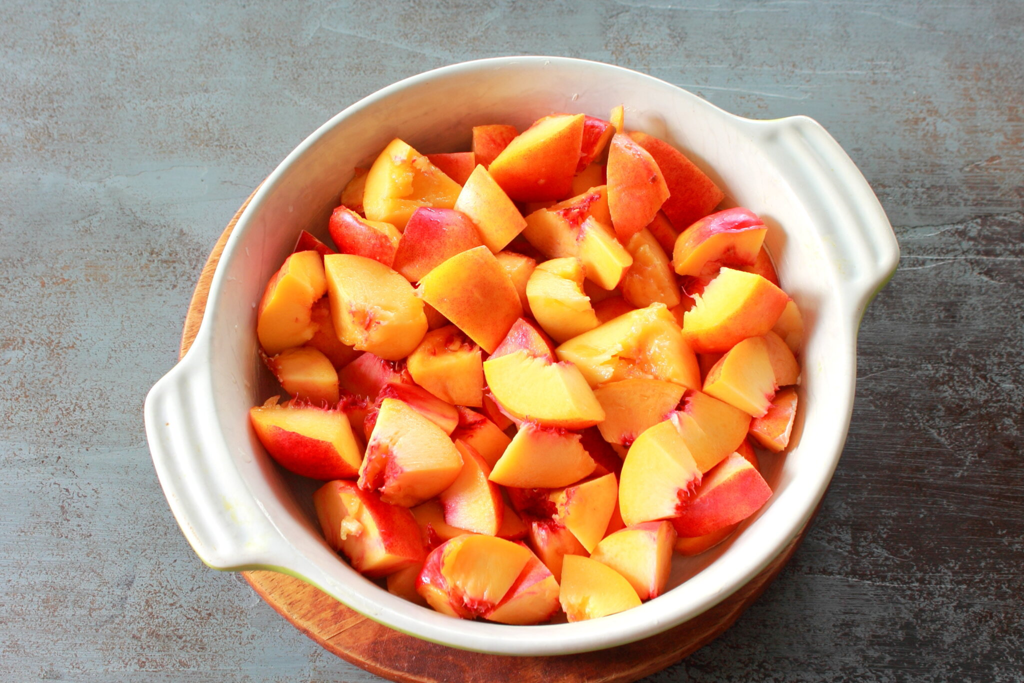 Коблер с персиками: кладем фрукты на дно формы