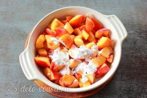 Персиковый коблер: посыпаем персики крахмалом и сахаром