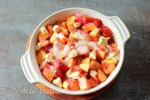 Коблер со свежими персиками: добавляем к фруктам сливочное масло