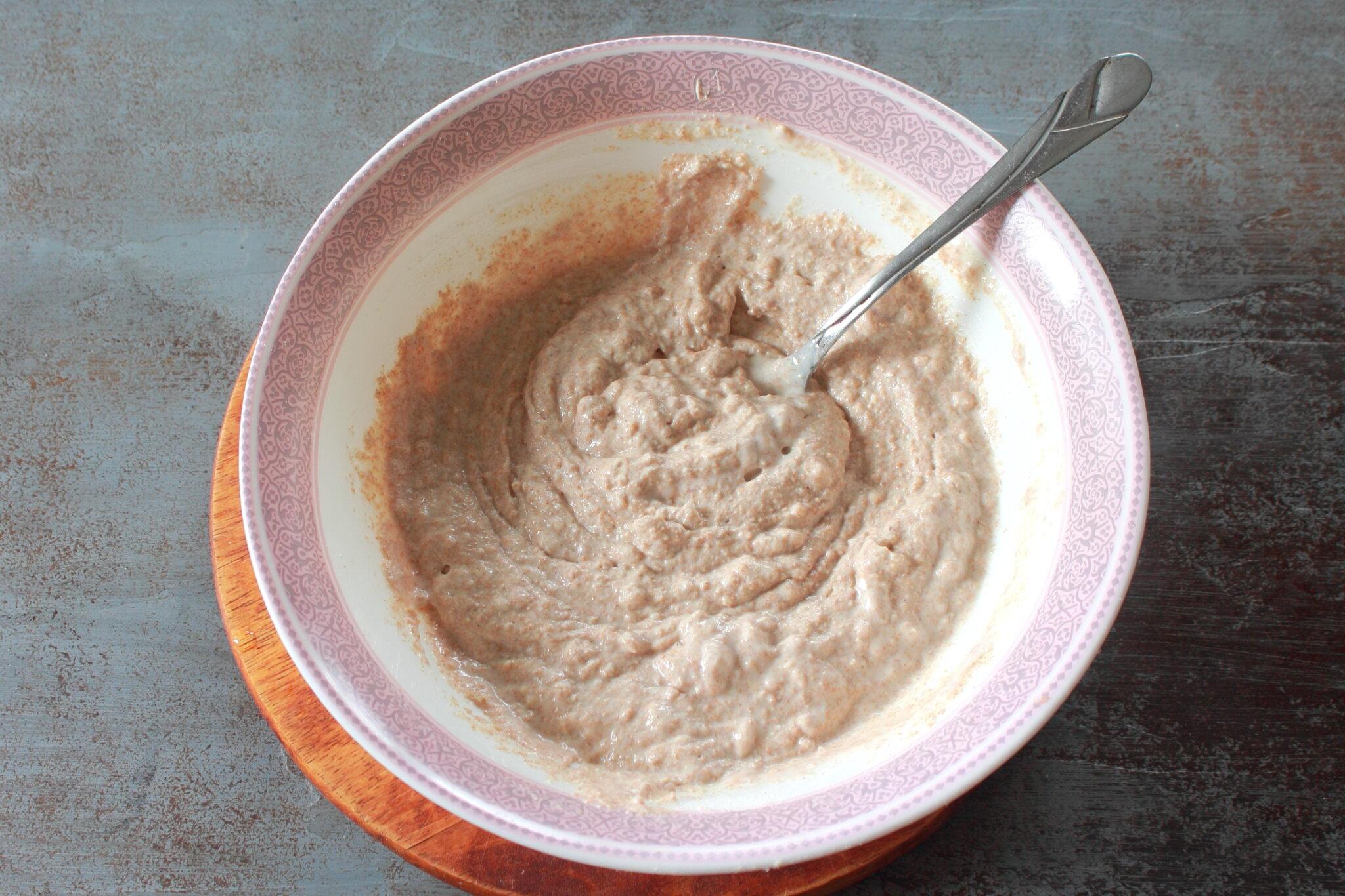 Персиковый коблер: Добавляем сливки и перемешиваем тесто