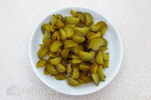 Пикантный салат с яблоками и солеными огурцами: Режем огурцы для салата