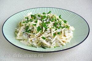 Пикантный салат с яблоками и солеными огурцами готов