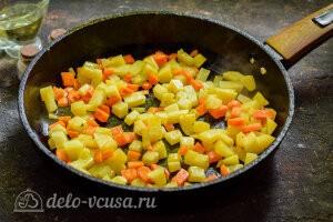 Питтипанна шведская Pyttipanna: Жарим картошку и морковь на сковороде