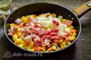 Питтипанна шведская Pyttipanna: Доабвляем в сковороду колбасу и лук