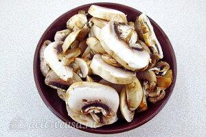 Рис по-креольски с грибами: Режем грибы пластинками