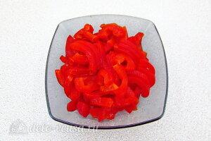 Рис по-креольски с грибами: Режем сладкий перец соломкой