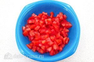Рис по-креольски с грибами: Чистим помидоры и режем кубиками