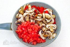 Рис по-креольски с грибами: соединяем овощи и шампиньоны в сковороде