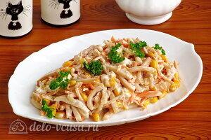 Салат из дайкона с кальмарами с кукурузой готов