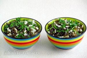 Салат из кальмаров с морской капустой готов