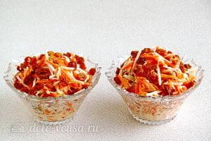 Салат из моркови с яблоком и изюмом готов