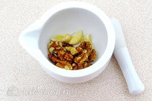 Салат из помидоров с грецкими орехами6 Чеснок и грецкие орехи отправляем в ступку