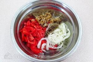 Салат из помидоров с грецкими орехами: Соединяем томаты, лук, и чеснок с орехами