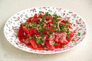 Салат из помидоров с грецкими орехами готов