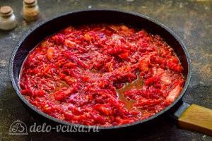 Добавляем томатную заправку к овощам в сковороду