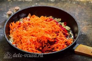 Добавляем свеклу и морковь в сковороду