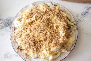 Салат с баклажанами и курицей «Обжора»: Посыпаем грецкими орехами