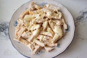 Салат с баклажанами и курицей «Обжора»: Кладем на дно тарелки слой из курицы