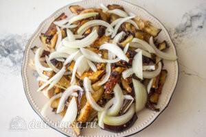 Салат с баклажанами и курицей «Обжора»: Посыпаем измельченные репчатым луком