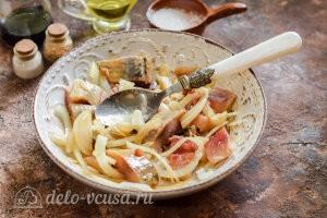 Сельдь маринованная в соевом соусе: Перемешиваем и маринуем рыбу до готовности