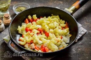 Стручковая фасоль тушеная с овощами: Добавляем сладкий перец в сковороду