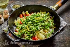 Стручковая фасоль тушеная с овощами: Добавляем стручковую фасоль в сковороду