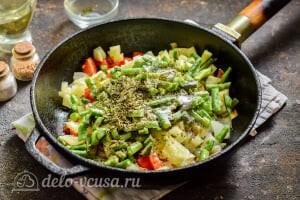 Стручковая фасоль тушеная с овощами: Добавляем специи и накрываем овощи крышкой