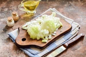 Гречаники с сыром без мяса: Режем репчатый лук кубиками