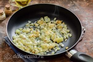 Гречневые котлеты с сыром: Обжариваем репчатый лук на сковороде