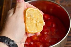 Варенье из помидоров на зиму: Добавляем лимонный сок в кастрюлю с вареньем