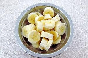 Бананы чистим и режем кружочками