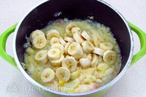 Добавляем бананы к яблокам в кастрюлю