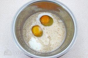 Картофель по-савойски: Соединяем молоко, яйца и специи