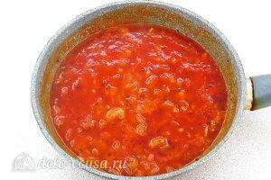Картофельное рагу по-литовски: Тушим томатный соус несколько минут