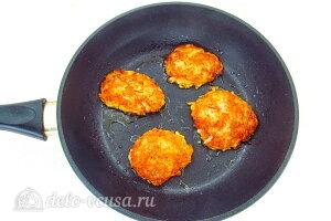 Яблочные оладьи с морковью: Жарим оладьи с двух сторон