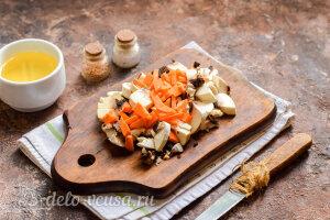 Булгур с куриными сердечками и грибами: Режем шампиньоны и трем морковь