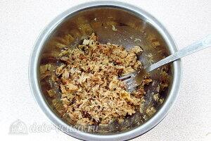 Бутерброды из рыбных консервов: Мнем скумбрию вилкой