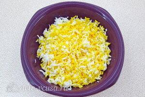 Бутерброды с консервированной скумбрией и овощами: Трем вареные яйца на терке
