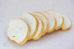Бутерброды с консервированной скумбрией и овощами: Режем батон