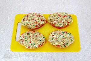 Бутерброды с консервированной скумбрией и овощами: Смазываем хлеб салатной массой