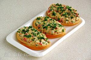 Бутерброды с консервированной скумбрией и овощами готовы
