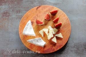 Cалат с инжиром, мягким сыром и беконом: Режем сыр Бри и инжир