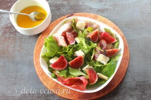 Cалат с инжиром, мягким сыром и беконом: Заправляем салат и перемешиваем